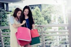 Concepto de las compras de la moda: sonrisa hermosa de las mujeres del adolescente sin llamar Imagen de archivo