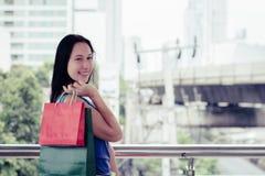 Concepto de las compras de la moda: sonrisa hermosa de las mujeres del adolescente sin llamar Fotos de archivo libres de regalías