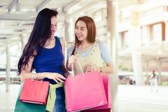 Concepto de las compras de la moda: sonrisa hermosa de las mujeres del adolescente sin llamar Imágenes de archivo libres de regalías