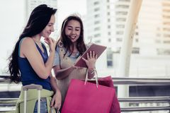 Concepto de las compras de la moda: sonrisa hermosa de las mujeres del adolescente sin llamar Imagenes de archivo