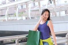 Concepto de las compras de la moda: sonrisa hermosa de las mujeres del adolescente sin llamar Fotos de archivo