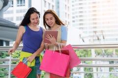 Concepto de las compras de la moda: sonrisa hermosa de las mujeres del adolescente sin llamar Fotografía de archivo