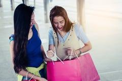 Concepto de las compras de la moda: sonrisa hermosa de las mujeres del adolescente sin llamar Imagen de archivo libre de regalías