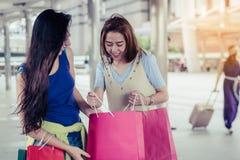 Concepto de las compras de la moda: sonrisa hermosa de las mujeres del adolescente sin llamar Foto de archivo