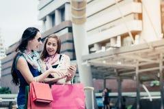 Concepto de las compras de la moda: sonrisa hermosa de las mujeres del adolescente sin llamar Foto de archivo libre de regalías