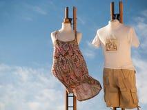Concepto de las compras Los maniquíes extraordinarios en ropa formada estilo de la calle atraen a turistas imagen de archivo libre de regalías