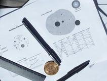 Concepto de las finanzas: Bitcoin y fondo de las cartas Imágenes de archivo libres de regalías