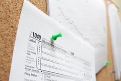 Concepto de las finanzas con la forma de impuesto 1040 Imágenes de archivo libres de regalías