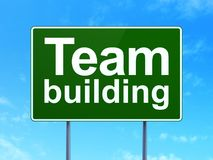 Concepto de las finanzas: Team Building en fondo de la señal de tráfico Imágenes de archivo libres de regalías