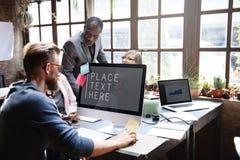 Concepto de las ideas del trabajo en equipo de la conferencia de los colegas del negocio imagen de archivo