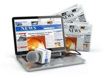 Concepto de las noticias Ordenador portátil con el micrófono y el periódico en w Fotos de archivo libres de regalías
