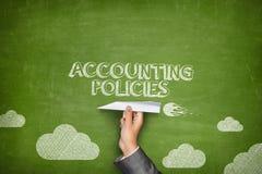 Concepto de las políticas de contabilidad en la pizarra con el avión de papel Fotografía de archivo libre de regalías