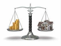 Concepto de las propiedades inmobiliarias. Casa y dinero en escala. Imagen de archivo libre de regalías