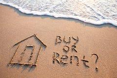 Concepto de las propiedades inmobiliarias, compra contra alquiler imágenes de archivo libres de regalías