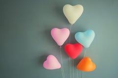 Concepto de las tarjetas del día de San Valentín Forma multicolora del corazón de los globos Fotografía de archivo