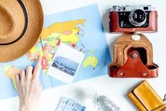 Concepto de las vacaciones con el equipo del viajero en la opinión superior del fondo blanco Imagen de archivo