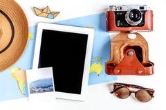 Concepto de las vacaciones con el equipo del viajero en la opinión superior del fondo blanco Fotografía de archivo