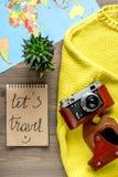 Concepto de las vacaciones con el equipo del viajero en la opinión superior del fondo de madera Imagen de archivo