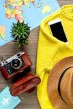 Concepto de las vacaciones con el equipo del viajero en la opinión superior del fondo de madera Imagen de archivo libre de regalías