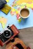 Concepto de las vacaciones con el equipo del viajero en la opinión superior del fondo de madera Fotos de archivo libres de regalías