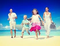 Concepto de las vacaciones de la relajación de la playa del verano de la familia foto de archivo libre de regalías