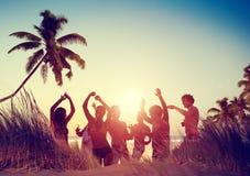 Concepto de las vacaciones de las vacaciones de verano del partido de la playa de la celebración de la gente Fotografía de archivo