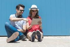Concepto de las vacaciones de verano, adolescente y de la tecnología - los adolescentes miran Fotos de archivo