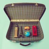 Concepto de las vacaciones de verano con la maleta y los recuerdos de todo el mundo Foto de archivo libre de regalías