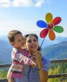 Concepto de las vacaciones de verano, de la familia, de los niños y de la gente - la madre y la muchacha felices del niño con el  imagen de archivo