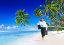 Concepto de las vacaciones de verano de Walking Along Beach del hombre de negocios fotos de archivo libres de regalías