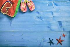Concepto de las vacaciones de verano en el fondo azul - visión superior Fotografía de archivo libre de regalías