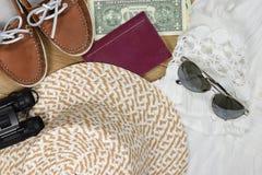 Concepto de las vacaciones de verano: Vista superior de los accesorios del viaje para la mujer Imagen de archivo libre de regalías