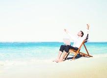 Concepto de las vacaciones de Working Success Beach del hombre de negocios Foto de archivo