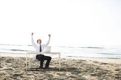 Concepto de las vacaciones de Working Success Beach del hombre de negocios Fotos de archivo