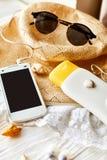 Concepto de las vacaciones del viaje del verano, espacio para el texto teléfono con vacío Fotos de archivo