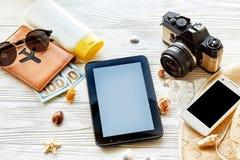 Concepto de las vacaciones del viaje del verano, espacio para el texto vacie el SCR de la tableta Fotografía de archivo libre de regalías