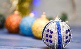 Concepto de las vacaciones de invierno Adorne el árbol de navidad con los juguetes tradicionales Símbolo de los días de fiesta de fotografía de archivo