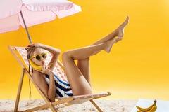 Concepto de las vacaciones Muchacha bonita que se relaja debajo del paraguas con las frutas Imagen de archivo libre de regalías