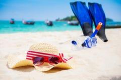 Concepto de las vacaciones de verano con los accesorios en la playa arenosa Fotografía de archivo libre de regalías