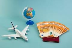 Concepto de las vacaciones de verano con los billetes de banco euro fotografía de archivo