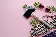 Concepto de las vacaciones de verano gafas de sol rosadas elegantes, swimsui moderno Imagen de archivo libre de regalías