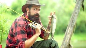 Concepto de las vacaciones de verano y de la gente Pesca de mosca para la trucha Trucha arco iris de la trucha arco iris Diferenc almacen de metraje de vídeo