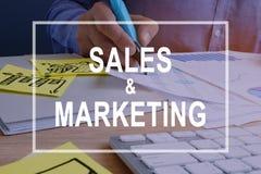 Concepto de las ventas y del márketing Documentos en un escritorio foto de archivo