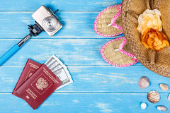 Concepto de las vocaciones de la playa Accesorios y artículos del viaje Foto de archivo