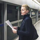 Concepto de Lifestyle Commuter Newspeper de la empresaria imagenes de archivo