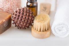 Concepto de limpiamiento de la relajación del balneario del cuidado del cuerpo Bola de madera del masaje de carbón del cepillo de Imágenes de archivo libres de regalías