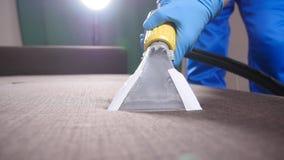 Concepto de limpieza en el apartamento y la oficina Trabajador de la limpieza en seco que quita la suciedad del sofá dentro almacen de video