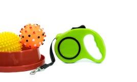 Concepto de los accesorios del animal doméstico: Cuenco, bola y correo automático Foto de archivo libre de regalías