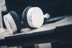 Concepto de los audiolibros que escucha Imagenes de archivo