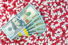 Concepto de los beneficios de la droga y de la compañía farmacéutica foto de archivo libre de regalías